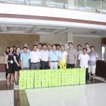 高温酷暑公司领导为员工颁发饮品